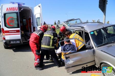 Rize'de midibüsle otomobil çarpıştı: 4 yaralı