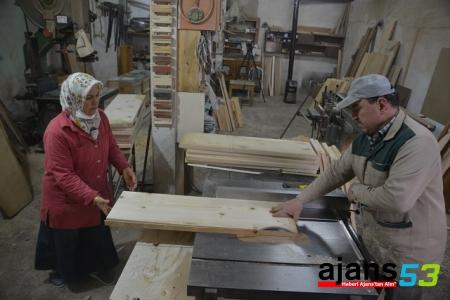 Çırak bulamayan eşi için marangoz oldu