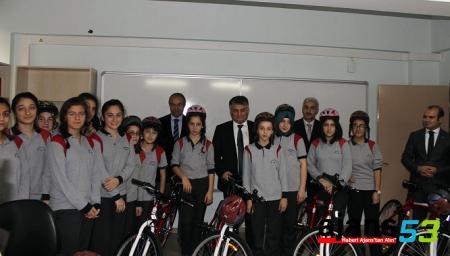 Rize'de öğrencilere bisiklet dağıtımına devam ediliyor