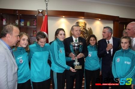 Cumhurbaşkanı Ardeşen GSK'yı Kupasıyla Kabul Etti