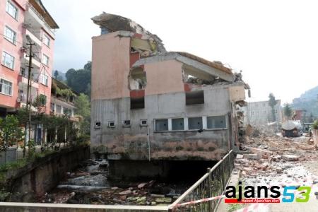 Rize'de altından dere geçen binanın yıkımı